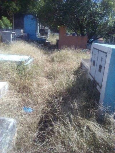 Falta de limpieza en cementerio