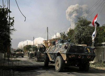 Fuerzas iraquíes toman un puente en Mosul mientras miles de civiles huyen