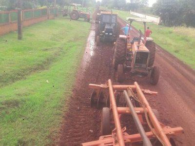 Reparan la calle con sus propios tractores