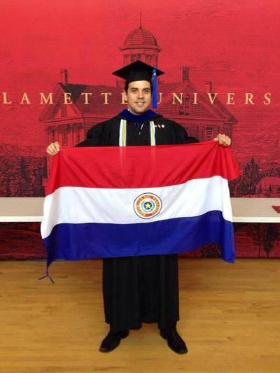 Paraguayo se gradúa con honores en Estados Unidos