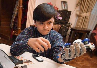 Niño fabricó su propia mano robótica