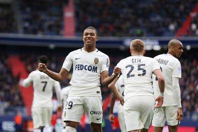 Mónaco gana al Caen con doblete de Mbappé