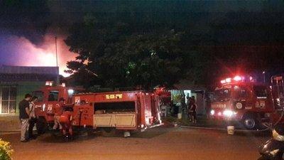Incendio afectó una vivienda y un depósito en PJC