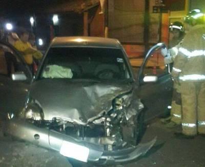 Camioneta embistió un auto y huyó: sordomudas quedaron atrapadas