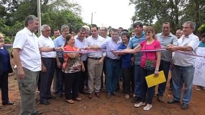 ENCARNACIÓN: INAUGURAN 8 CUADRAS DE EMPEDRADO EN EL BARRIO KENNEDY.