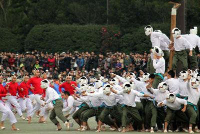 Bo-Taoshi: el loquísimo deporte japonés que consiste en darte de tortas para conquistar un palo
