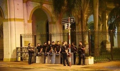 Policías cercaron anoche el Congreso