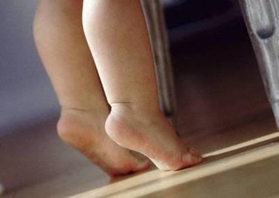 Abusan de niña de dos años, sospechan del papá