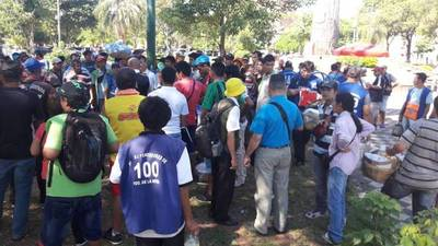 Vendedores protestan frente al Congreso: quieren subir a buses diferenciados