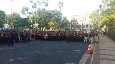 Policías resguardan marcha campesina