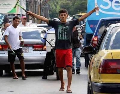 A pedido de concejal de Ferreiro, ya no sacarán a limpiavidrios de las calles