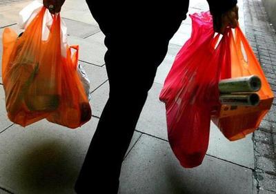 Desde el sábado cobrarán por bolsas en supermercados