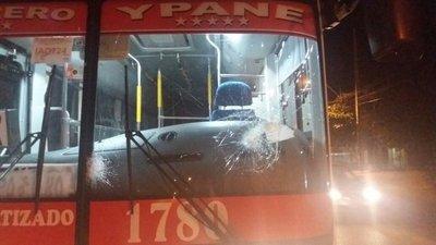 Apedrean buses en San Antonio