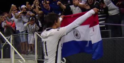 Un nuevo festejo de gol con la bandera paraguaya