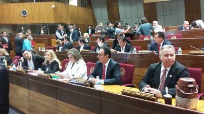 Los 25 senadores aparecieron para defender actos