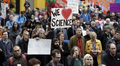 Miles de científicos protestaron contra los recortes de Trump