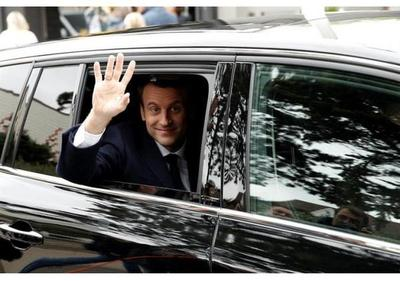 Macron vota acompañado de su mujer en Francia