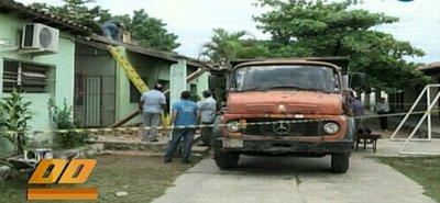Cae parte del techo de escuela en Roque Alonso