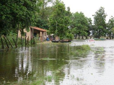 Pobladores de Ayolas inundados a causa de la lluvia.
