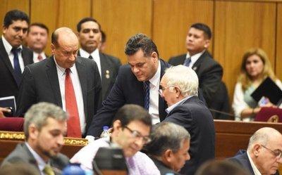 Acevedo acusa a jefes policiales que comen asado con los narcos