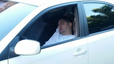Entró de contramano y se quedó dormido en su auto
