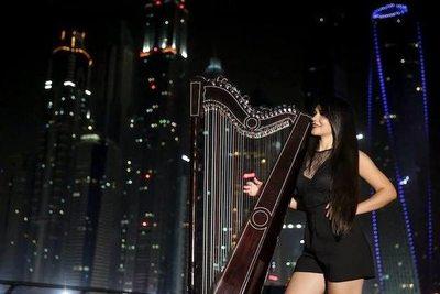 """La paraguaya que """"encanta"""" a los árabes con su arpa"""
