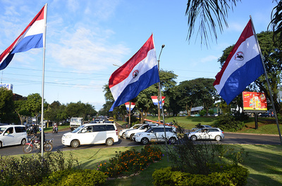 Ciudad del Este adornada con los colores patrios, previo al desfile