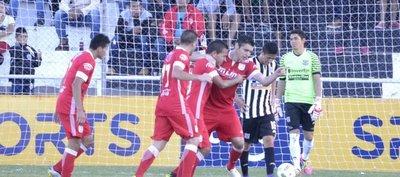 El 3 le sacó la punta y el invicto al Deportivo Santaní