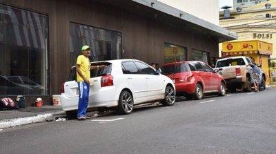 Microcentro: Rebasado de vehículos y dominado por cuidacoches