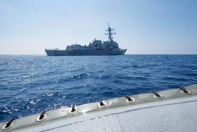 EE.UU. desafía a China: Buque de guerra navega por aguas disputadas