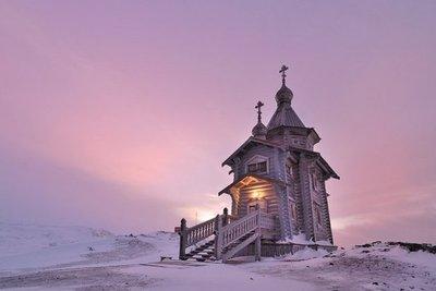 Dios se refugia en una pequeña ermita en medio de la inmensa Antártida