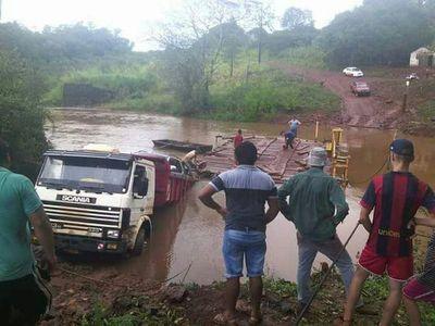Camión cae de precaria balsa en Itapúa