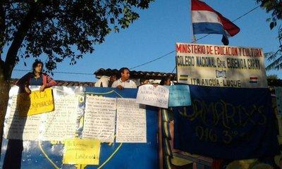 Estudiantes toman un colegio en Luque