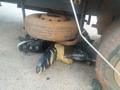 Motociclista herido tras impactar contra camión