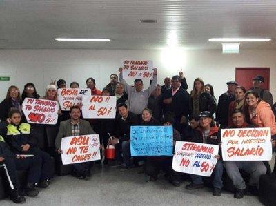 Airadas protestas de funcionarios por descuento salarial