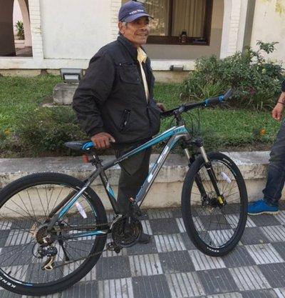 Don Tulo, feliz por nueva bici