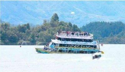 Naufragio de barco con cerca de 150 turistas en Colombia