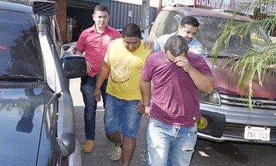 Policía detiene a dos robacoches