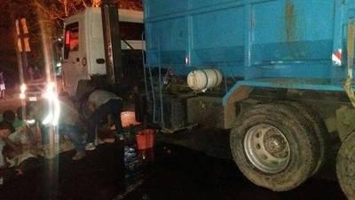 Conductor abandona camión tras triple accidente
