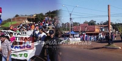 POBLADORES DE ITAPÚA POTY Y EDELIRA SE MANIFIESTAN AL COSTADO DE LA RUTA 6.