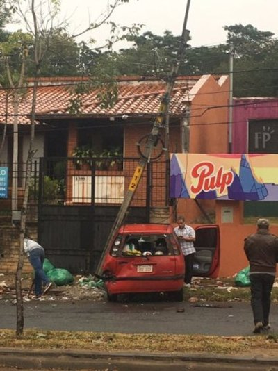Camioneta embiste a auto sobre avenida Santísima Trinidad