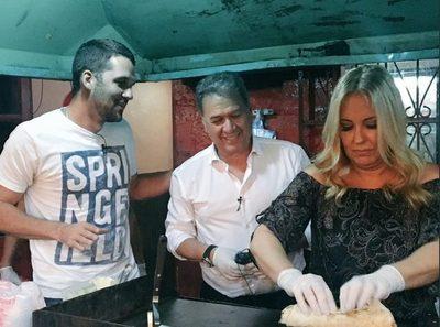 Menchi y Óscar Acosta salieron a cenar lomitos