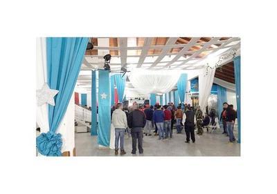 Decoraron de azul un local donde Peña hizo reunión política