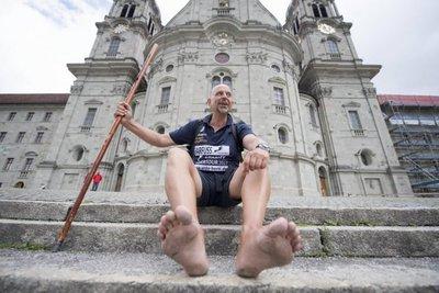 Rompe récord mundial de caminar descalzo