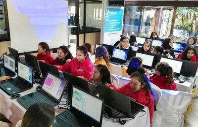 Un grupo de niñas aprenden sobre inteligencia artificial durante un taller