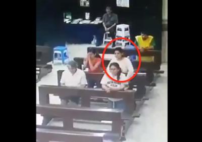VIDEO  Mientras rezaba en  iglesia le roban su celular, joven mujer fue detenida