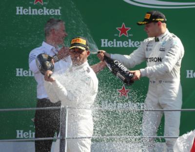 Lewis vence en Monza y vuelve a ser líder