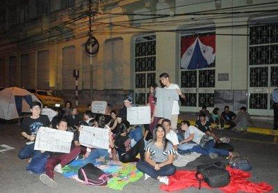 Estudiantes en vigilia frente al Ministerio de Hacienda