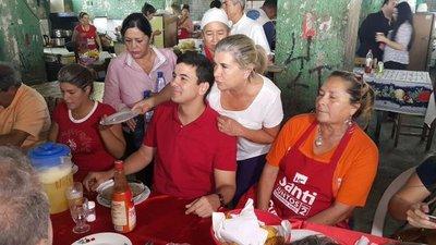 Peña comparte con la gente en el Mercado 4
