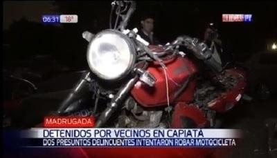 Intentaron robar moto, pero vecinos los capturaron